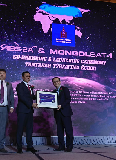 ABS-2A and MongolSat-1 - Center:Mr. Erdenebat Jargaltulga, Prime Minister of Mongolia Right: Mr. Thomas Choi, Chief Executive Officer of ABS