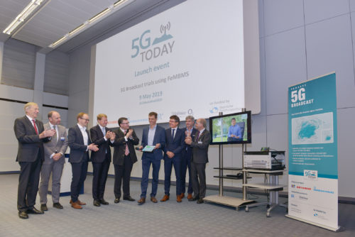 Kick-Off event at IRT: Official launch of the 5G TODAY Broadcasting field trial. From left to right: Prof. Dr. Dr. h.c. Arndt Bode (Bavarian Research Foundation), Uwe Löwenstein (Telefónica), Anton Kathrein (Kathrein-Group), Ulrich Wilhelm (ARD-Chairman, BR), Dr. Florian Herrmann (Bavarian State Chancellery and Minister of State for Federal and European Affairs and Media), Thomas Janner (Rohde & Schwarz), Manfred Reitmeier (Rohde & Schwarz), Michael Hagemeyer (IRT), Prof. Dr. Ulrich Reimers (IfN, Technische Universität Braunschweig).